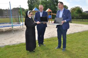 Leszno. Pracownicy firmy PhosAgro Polska przekazali dzieciom sprzęt do nauki zdalnej, fot. materiały prasowe