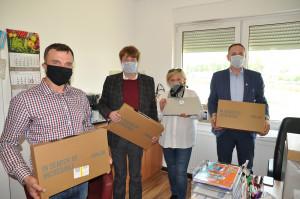 Świebodzin. Pracownicy firmy PhosAgro Polska przekazali dzieciom sprzęt do nauki zdalnej, fot. materiały prasowe