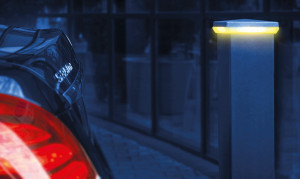 Przy miejscu do parkowania można zamontować lampę z czujnikiem zbliżeniowym, która wykrywa zagrożenie kolizją. Foto. Plast-Met Systemy Ogrodzeniowe