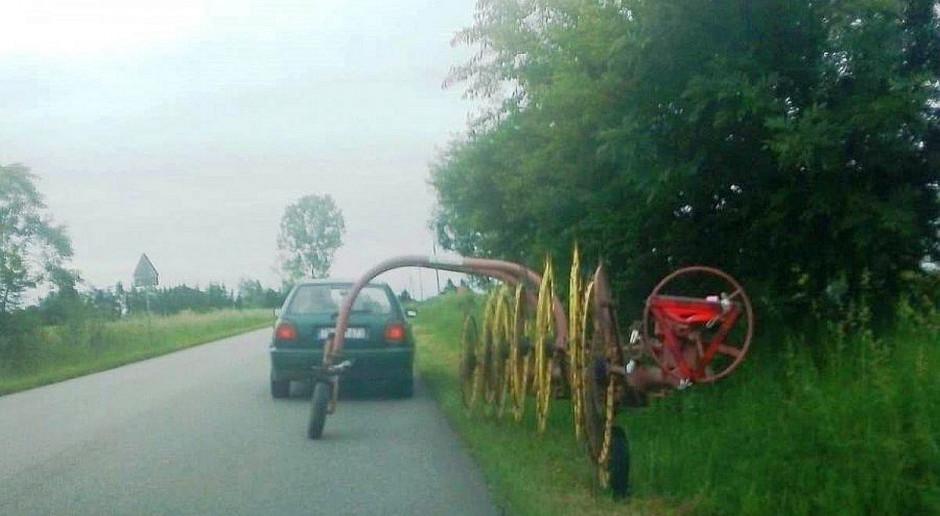 Volkswagen ciągnął po drodze zgrabiarkę