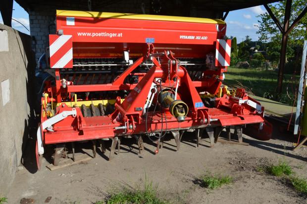 Rolnik zdecydował się na agregat uprawowo-siewny na bronie aktywnej. Jak podkreśla, maszyna dobrze wyrównuje powierzchnię gleby i doskonale radzi sobie z siewem na polach z dużą ilością resztek pożniwnych