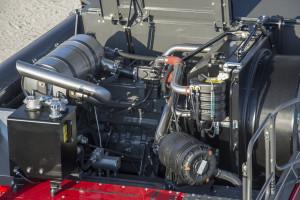 Massey Ferguson jest zasilany 4-cylindrowym silnikiem AGCO Power o mocy 176 KM. Na razie przy silniku nie znajdziemy filtra DPF