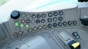 Boczna konsola współpracuje zwyświetlaczem na słupku bocznym, tam są wyświetlane informacje owszystkich ustawieniach napędu, ale też oświetlenia czy klimatyzacji