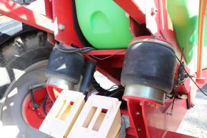 Opryskiwacz został wyposażony wpneumatyczne zawieszenie, które oferuje zmienny stopień amortyzacji wzależności od poziomu napełnienia zbiornika