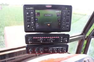 Sterowanie parametrami pracy odbywa się za pomocą komputera Bravo 400 S, który połączony jest zanteną GPS ima wbudowany ekran nawigacji oprzekątnej 5,7'
