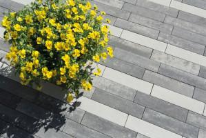 """Sezon budowlany już w pełni, więc to ostatni moment na rearanżację przydomowego ogrodu. Jeśli stracił on urok lub należy mu się remont albo """"unowocześnienie"""", warto pomyśleć o zmianie. Bardzo popularnym i modnym w nowoczesnej architekturze materiałem jest beton, fot. Polbruk"""