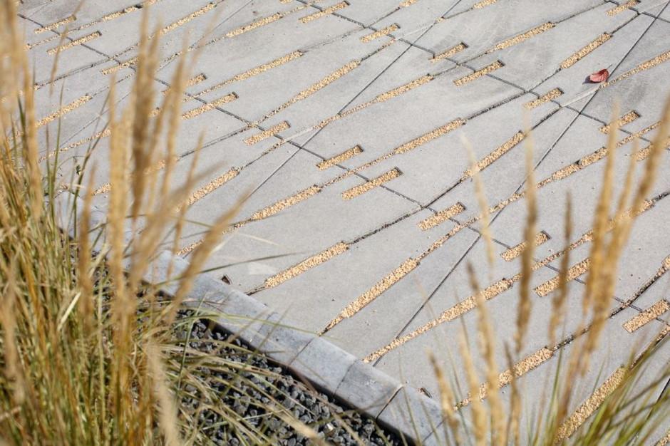 Wybór kolorystyczny jest niezwykle szeroki, bo szarość niejedno ma imię – niektóre płyty i kostki występują w kilku jej odcieniach, takich jak na przykład nerino, alpen czy bianka. Do tego dochodzą również ciekawe desenie samych płyt, a także różnice w ich kształtach - mogą to być prostokąty, kwadraty czy pięciokąty, fot. Polbruk