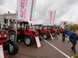 Traktor MTZ Belarus 952.3 drugi od lewej, fot. mat. prasowe