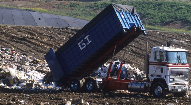 Tonami śmieci zasypali drogę powiatową na Dolnym Śląsku