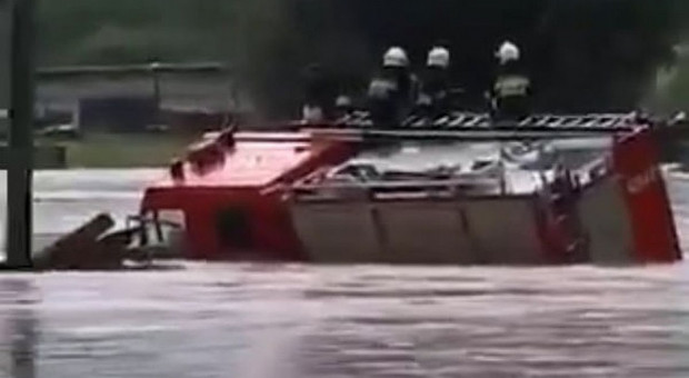 Zalane Podkarpacie. Woda porywała nawet wozy strażackie