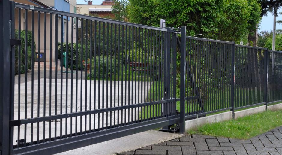 Jak samodzielnie zamontować uniwersalną bramę wjazdową