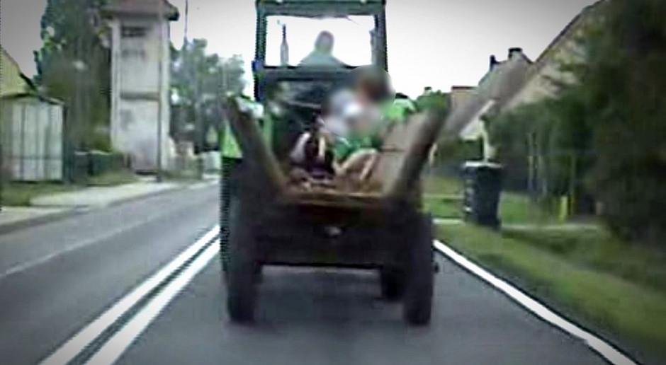 Traktor bez przeglądu, wóz bez świateł, a na nim dzieci