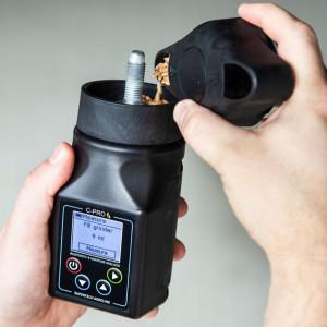 Serafin C-Pro to tester mielący, który do zmierzenia wilgotności ziarna potrzebuje zmielenia porcji ziarna wynoszącej 9 lub 11 ml. Producent zaleca wykonanie trzykrotnego testu, aby mieć pewność co do wyniku. fot. materiały prasowe