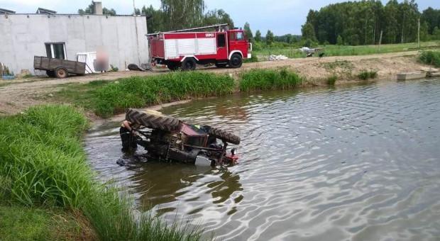Traktor wpadł do stawu - utonął kierowca