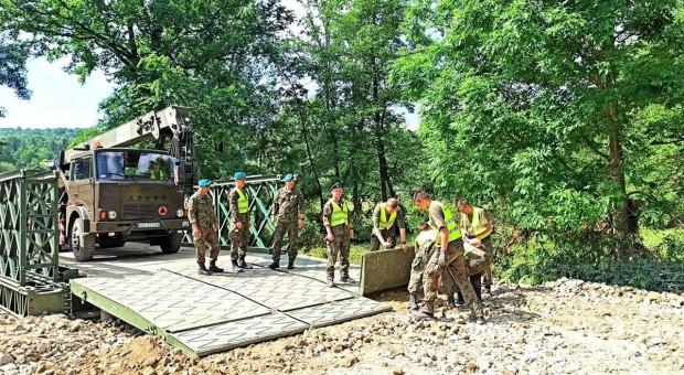 Żołnierze zbudowali powodzianom most