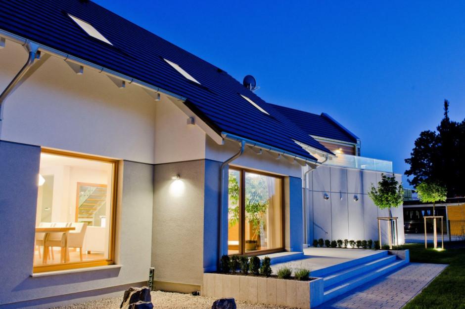 Fasada wentylowana umożliwia wykorzystanie wielu prestiżowych materiałów do jej wykończenia, od drewna począwszy, poprzez płyty włókno-cementowe, beton architektoniczny, a na kamieniu skończywszy. Dzięki czemu realizacje stają się bardziej atrakcyjne, fot. Isover