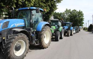 Przy rynku w Srocku ustawiła się kolumna kilkunastu ciągników, Foto: GT