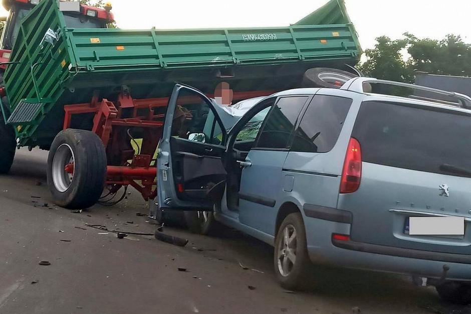 Osobowy peugeot wjechał w przyczepy rolnicze za traktorem, Foto: Policja