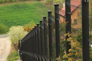 Nawet dla działki na bardzo trudnym terenie można znaleźć metodę na estetyczne i trwałe ogrodzenie. Foto. Plast-Met Systemy Ogrodzeniowe