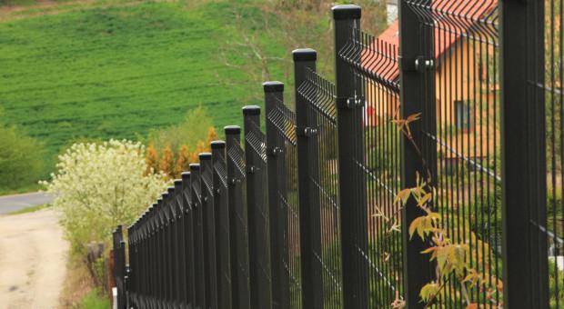 Jak prawidłowo wykonać ogrodzenie na pochyłej działce?