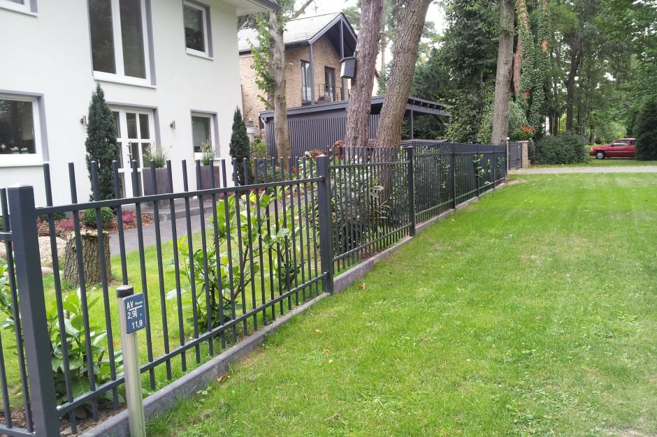 Montaż na skarpie części ogrodzenia wbudowanych na stałe z pewnością wymaga dobrego przemyślenia. W przypadku elementów ruchomych dodatkowo musimy wziąć pod uwagę, czy pochyłość nie będzie utrudniała ich otwierania. Foto. Plast-Met Systemy Ogrodzeniowe