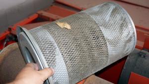 Brudny filtr powietrza może być przyczyną spadku mocy silnika, wyższego zużycia paliwa – to również element codziennej kontroli
