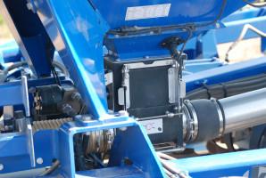 Aparat wysiewający to własna konstrukcja firmy – ma napęd hydrauliczny