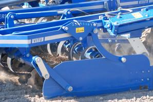 Podczas jazdy można hydraulicznie zmieniać głębokość pracy talerzy uprawiających glebę