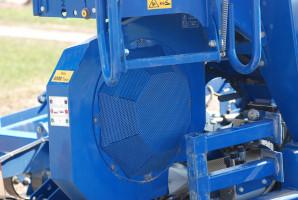 Dmuchawa ma napęd hydrauliczny i regulację obrotów zaworem natężeniowym