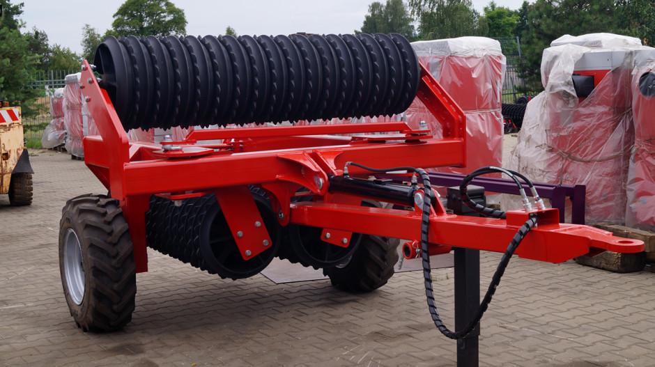 Wofercie firmy AMJ-Agro rolnicy znajdą zarówno zawieszane, jak iprzyczepiane wały posiewne oszerokości od 3 do 6 m
