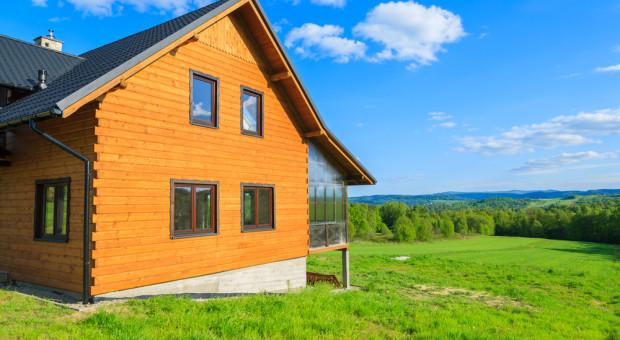 Polacy wolą budować drewniane domy na wsi