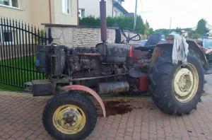 Pijany traktorzysta zatrzymał się na filarze bramy wjazdowej, Foto: Policja