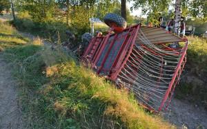 Ciągnik z przyczepą samozbierającą wywrócił się na łące w Sieniawie. Zginął 47- letni rolnik