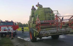 Kombajn Claas zapalił się w trakcie powrotu do gospodarstwa w gminie Chrząstowice, Foto: OSP Dębska Kuźnia