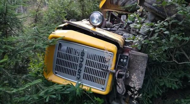 Kierowca znalazł się pod ciągnikiem