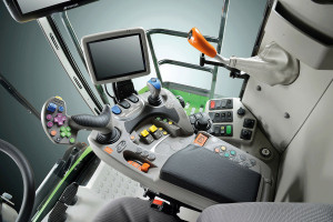 WDeutzu zastosowano nowy typ sterowania. Podłokietnik jest zintegrowany z8-calowym monitorem dotykowym