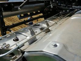 Silnik Mercedesa wyprowadza napęd zwału korbowego na dwie strony maszyny, co ogranicza liczbę przekładni. System Blow Air (dysze na cienkich rurkach) odmuchuje co 5min silnik iukład wydechowy