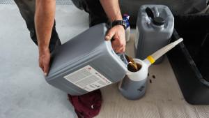 W przekładni bezstopniowej do wymiany można zastosować tylko olej o konkretnej spe- cyfikacji ustalonej przez producenta. W przypadku wspomnianego modelu ciągnika jest to olej SAE 15W40 zgodny ze specyfikacją MF CMS M1145. 20 l oryginalnego oleju marki Massey Ferguson to koszt ok. 380 zł. Oczywiście, można kupić taniej wymagany olej, np. w ofercie popularnej firmy Fusch – na 20 l zaoszczędzimy ok. 60 zł. W MF 7624 Dyna VT w przekładni pracuje 52 l oleju, ale podczas wymiany potrzebna jest mniejsza ilość – ok. 42 l. Pozostała część wypełnia układy ciśnieniowe. Pełne 52 l oleju wchodzi tylko po zalaniu nowo zamontowanej przekładni – w tej sytuacji niezbędne jest też użycie specjali- stycznego urządzenia do napełniania pomp.