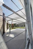 Stalowa konstrukcja nadaje budynkowi lekkości, jednocześnie zamykając budynek i tworząc charakterystyczną ażurową przegrodę. Foto. Bartek Zaranek