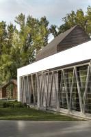 Układ pomieszczeń w całym domu został tak zaplanowany, aby część dzienna i sypialniana otwierała się na ogród, a pokoje, które wymagają mniej prywatności, skierowane zostały w kierunku wjazdu, Projekt: 81.waw.pl, Foto. Bartek Zaranek