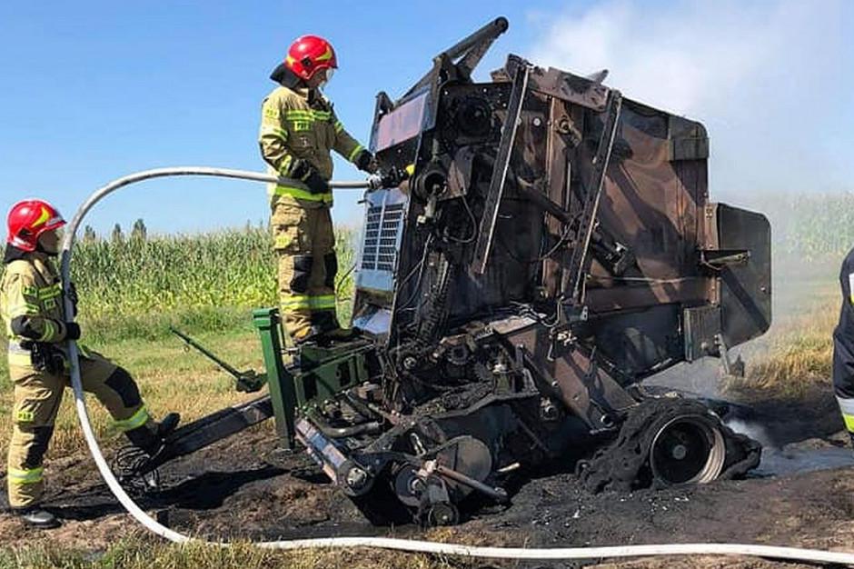 W gminie Ostrzeszów w trakcie belowania słomy spłonęła prasa, zdjęcie: OSP Siedlików