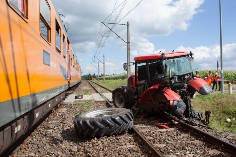 Rozpędzony pociąg staranował ciągnik stojący na przejeździe, Foto: PSP Piła