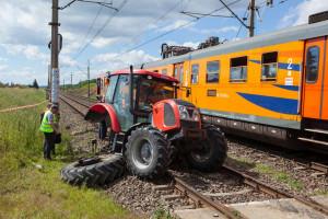 Traktorzysta i jego pasażer wyszli ze zderzenia bez szwanku, Foto: PSP Piła