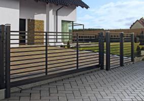 Wśród zalet ogrodzeń ażurowych, najważniejsze są walory estetyczne – takie przęsła pozwalają wyeksponować budynek i otaczający go ogród, wpisują też obiekt w otoczenie. Foto. Plast-Met Systemy Ogrodzeniowe