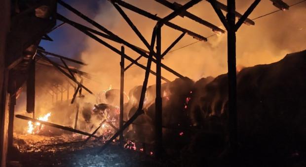 Pożar wiaty ze słomą w gospodarstwie