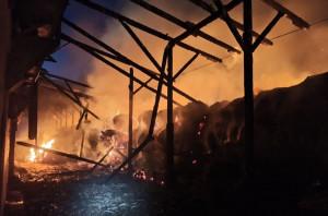 Ogień strawił wiatę i składowaną pod nią słomę, Foto: OSP Zopowy