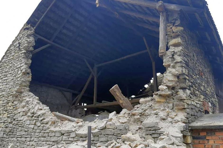 Szczytowa ściana budynku runęła, a reszta groziła zawaleniem, Foto: PSP Strzelce Opolskie