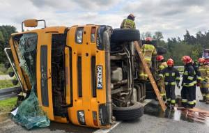 Kierowca transportu wyszedł z kolizji bez szwanku, zdjęcia: PSP Kędzierzyn-Koźle