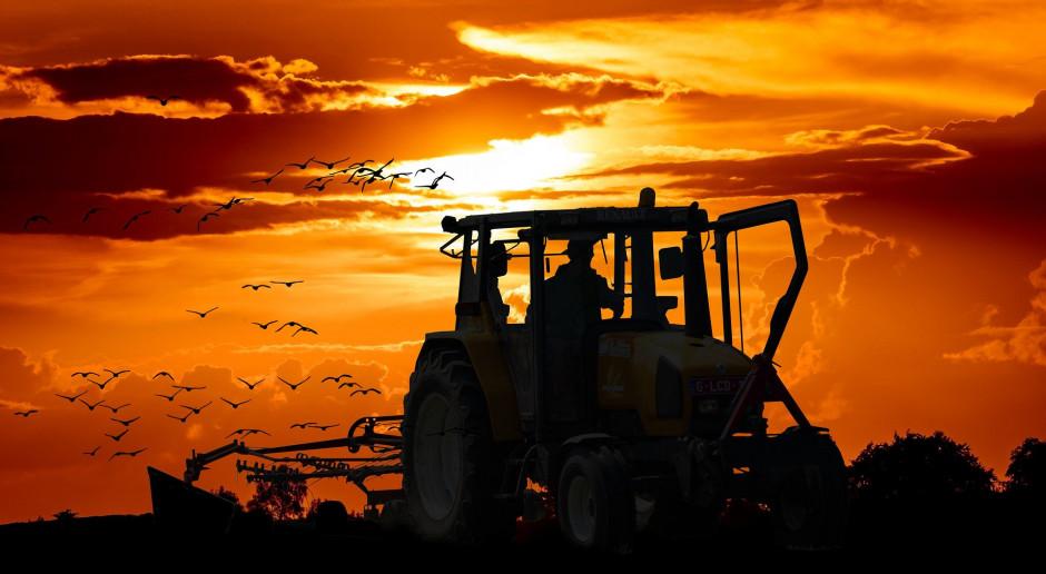 Jazda ciągnikiem rolniczym zgodnie z przepisami po zmroku
