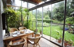 Dziś ogrody zimowe pozwalają nam cieszyć się kwitnącymi roślinami niezależnie od aury i pory roku, a wykorzystane jako jadalnia czy zewnętrzny salon stanowią doskonałe miejsce spotkań z rodziną i przyjaciółmi. Foto. Hydro Extrusion Poland